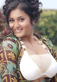 Namitha Dress Change in Caravan http://www.topmasala.in/cool-forwards/bollywood/details/namitha-dress-change-video-s-90423.asp